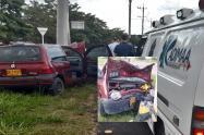 Conductor estrelló su Twingo contra poste en la vía al Aeropuerto Perales