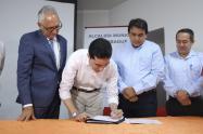 Dir.DNP-Luis-Fernando-Mejía-firma-memorando-Contrato-Paz-Asocentro.jpg