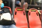 Mujer se baja por la ventana de un Transmilenio