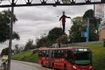 Cuelgan muñecos en puente peatonal de la Avenida Suba, en Bogotá.