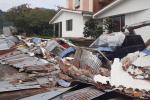 Cayó el muro de un parqueadero afectando 14 vehículos y una moto en La Pola